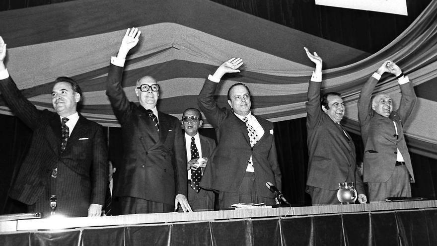 Gonzalo Fernández de la Mora junto a Manuel Fraga en un acto electoral de Alianza Popular