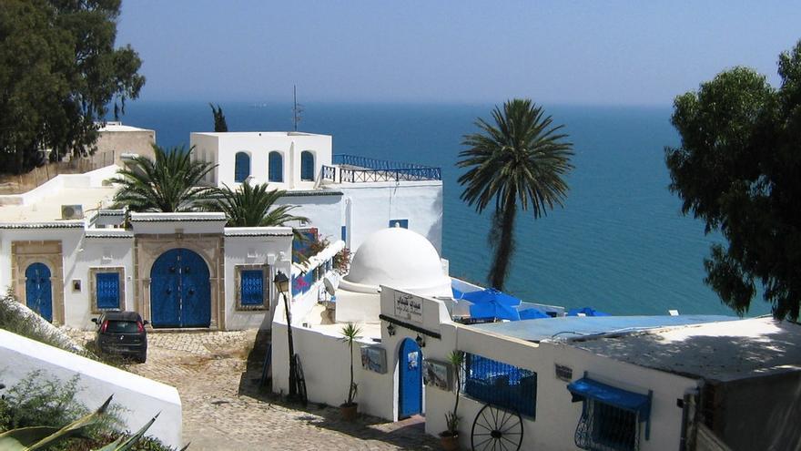 Casas blancas y azules en Sidi Bou said, uno de los pueblos blancos de Túnez. Jasmine Halki