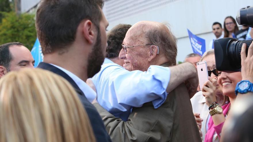 Mariano Rajoy se abraza con José Macías. (ALEJANDRO RAMOS)