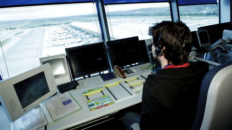 Imagen de archivo de un controlador en una torre de control.