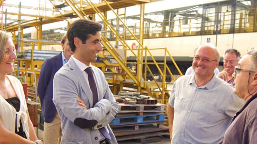 La consellera de Vivienda, María José Salvador, y el nuevo gerente de FGV, en una de las instalaciones de la empresa.