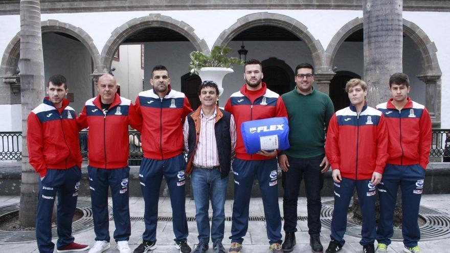 Los miembros del Club Los Álamos con el concejal de Deportes de la capital (tercero por la derecha).