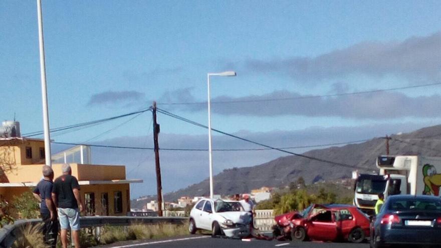 Imagen del accidente registrado este martes en la carretera LP-2, en la zona de Dos Pinos.