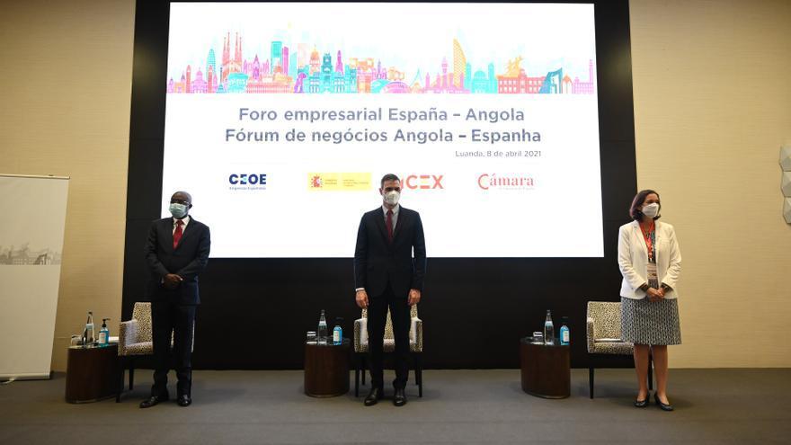 El presidente del Gobierno, Pedro Sánchez, y la ministra de Industria, Comercio y Turismo, Reyes Maroto, en el Foro Empresarial España-Angola en Luanda