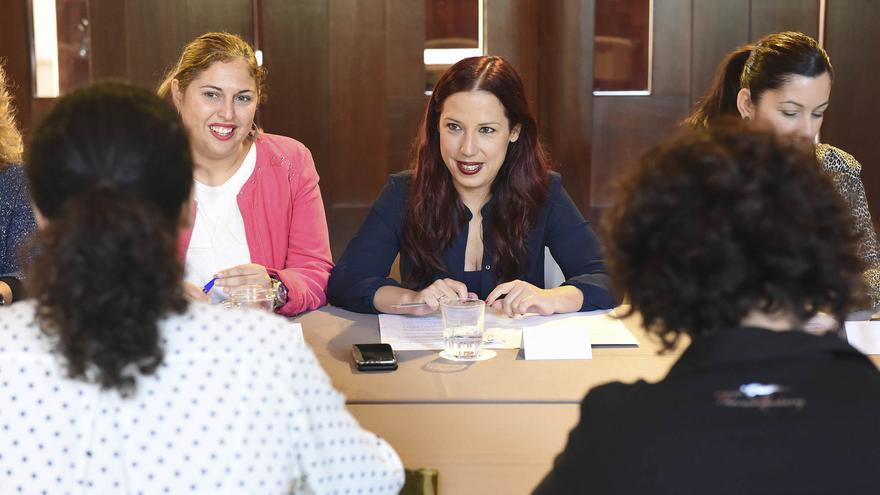 Patricia Hernández en una reunión con su equipo
