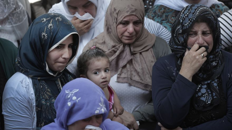 Mujeres en el funeral de un combatiente kurdo que murió luchando contra Estado Islámico en Siria