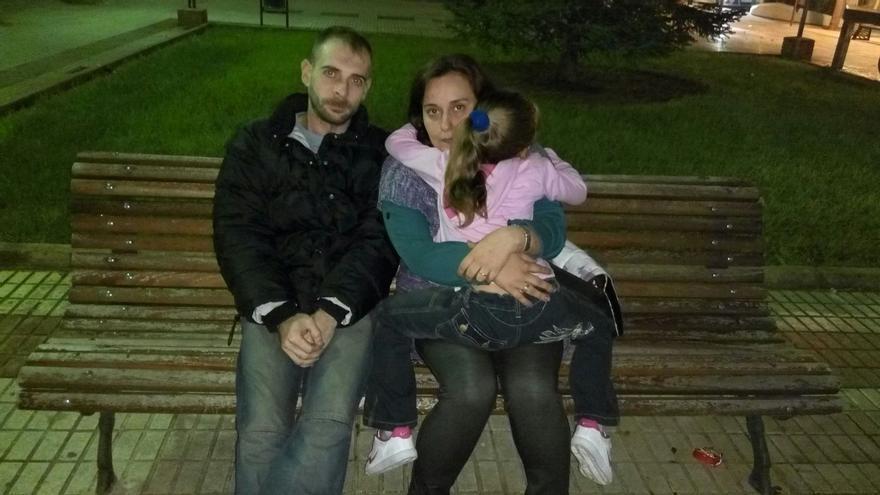 Pilar, con su hija y su marido.