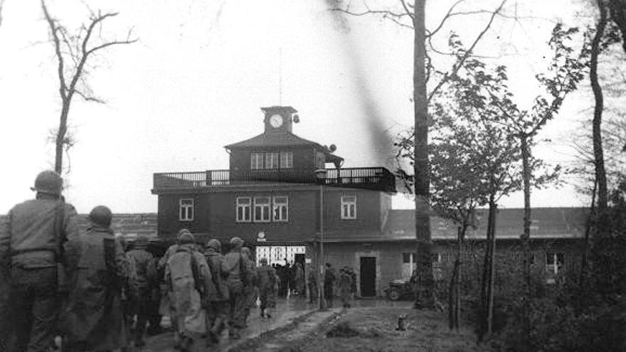 Las tropas estadounidenses entrando en el campo de Buchenwald durante su liberación (https://encyclopedia.ushmm.org/content/es/article/liberation).