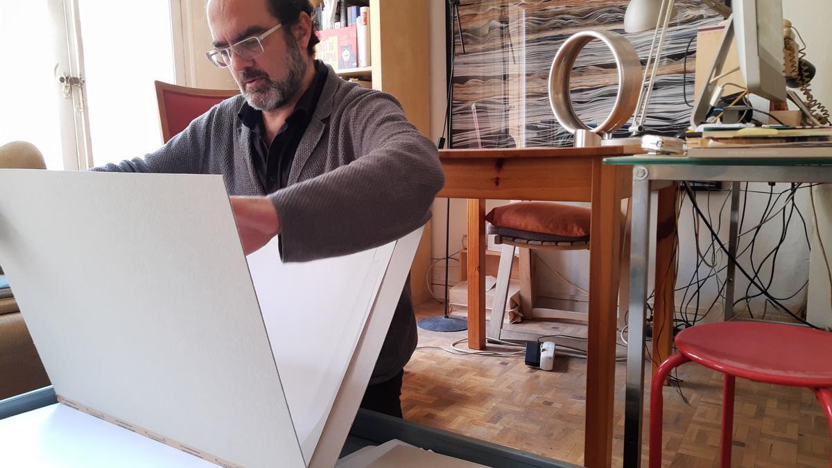 Chema Castelló en su casa-estudio