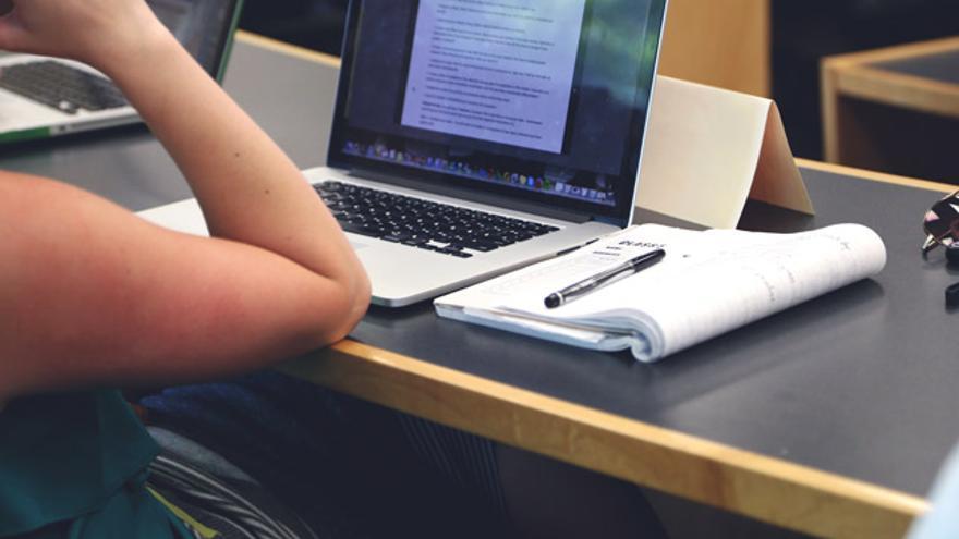 Banco Santander crea una web para conceder becas a jóvenes estudiantes.