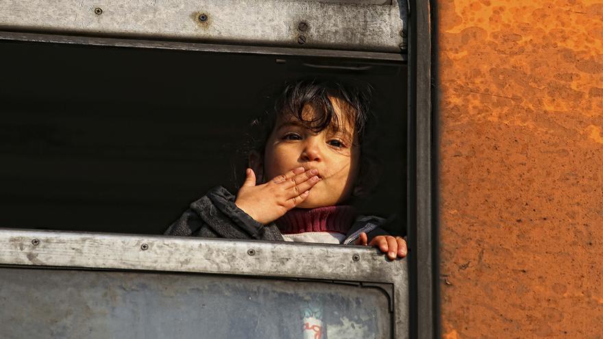 Una niña refugiada lanza un beso desde la ventanilla del tren en el que viajaba con dirección a la frontera Serbia. Ángel Colina (Macedona, 11/02/2016)