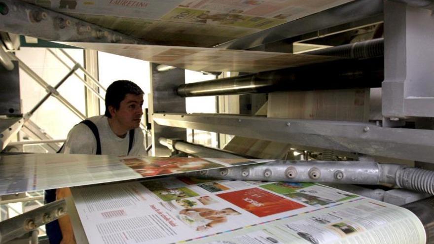 Parlamentario chavista acusa a distribuidoras de vender papel a precio ilegal