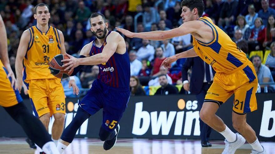 El alero del Herbalife Gran Canaria Oriol Paulí (d) defiende al escolta del Barcelona Lassa Pau Ribas (c), en partido de la Euroliga que se disputa esta noche en el Palau Blaugrana.