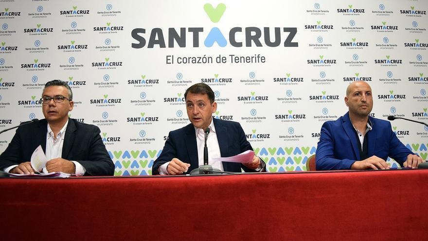 Dámaso Arteaga y el alcalde José Manuel Bermúdez (centro), junto a Juan Domingo Cabrera