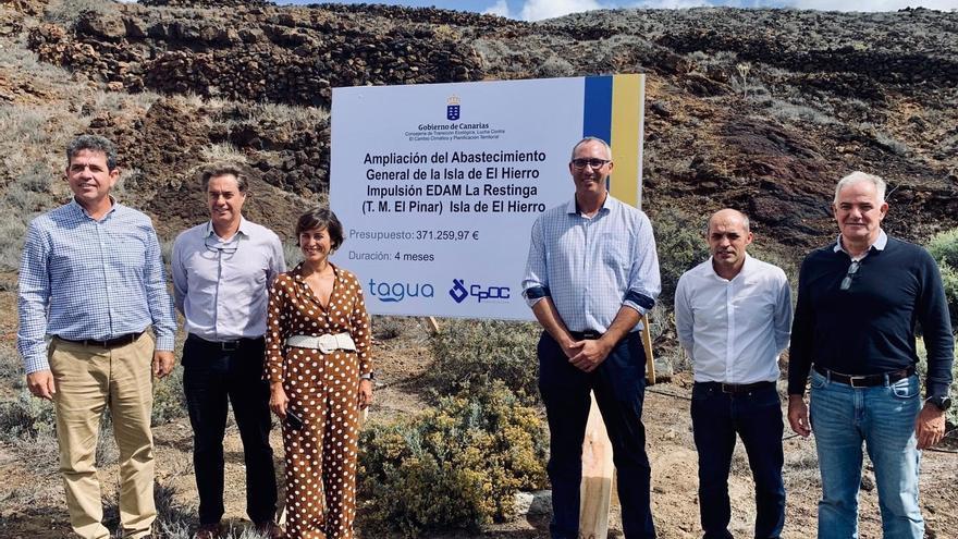 Firma del acuerdo del Gobierno canario y el Cabildo de El Hierro para aumentar la capacidad de la depuradora de La Restinga