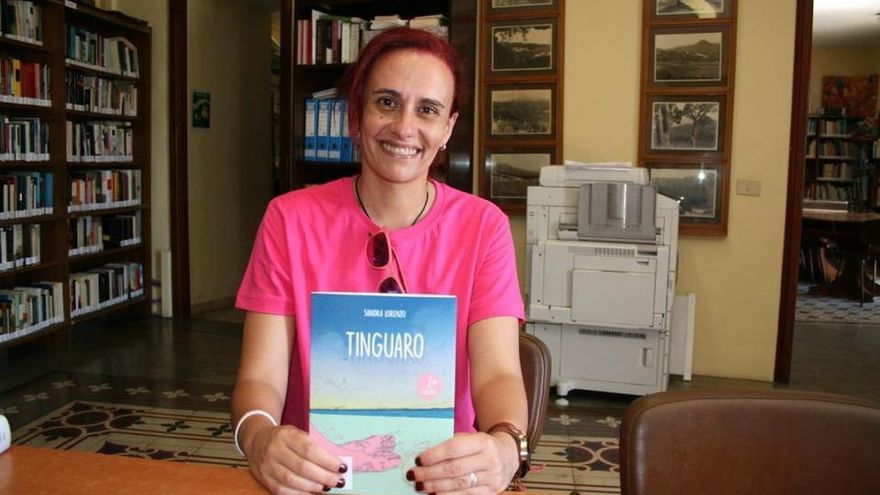 La escritora Sandra Lorenzo con la segunda edición de 'Tinguaro'.