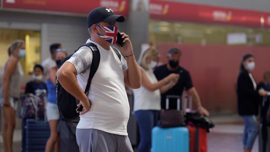 Los turistas británicos podrán reducir la cuarentena obligatoria con un test negativo