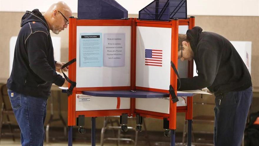 Dos estadounidenses votando en un colegio electoral de Ohio (Estados Unidos).