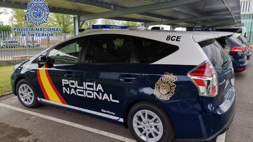 Identifican a un pirómano de coches en Sevilla porque se quedaba mirando cómo ardían