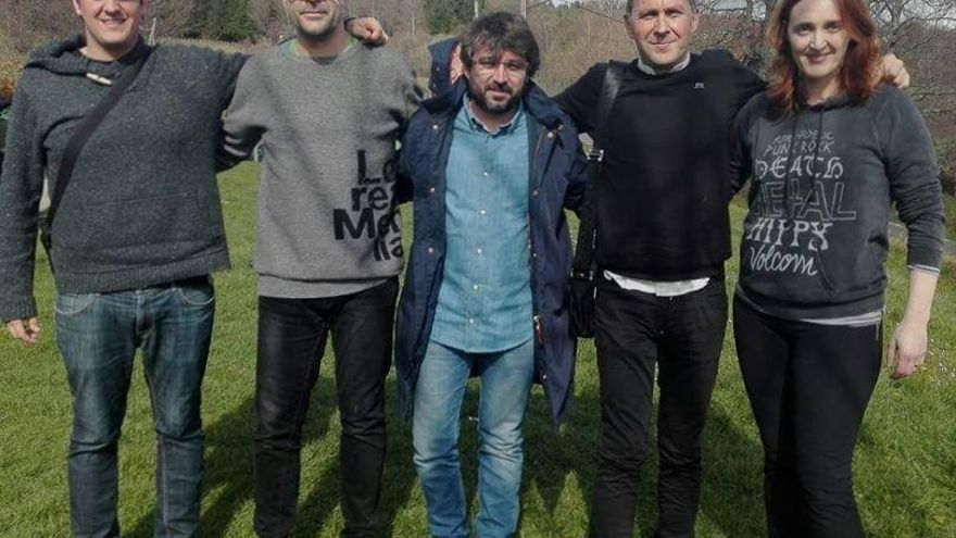Arnaldo Otegi, junto a Jordi Évole. El primero por la izquierda es el hijo del dirigente de Sortu.