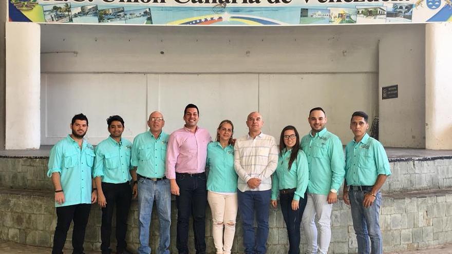 El director general de Emigración del Gobierno de Canarias, José Téllez Ledesma (con camisa rosa), en una visita realizada en 2018 a la entidad que ha recibido el mayor número de subvenciones, la A.C. Unión Canaria de Venezuela