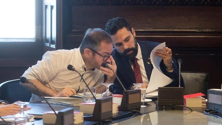 La Mesa del Parlament pide un informe a los letrados sobre la suspensión de los diputados