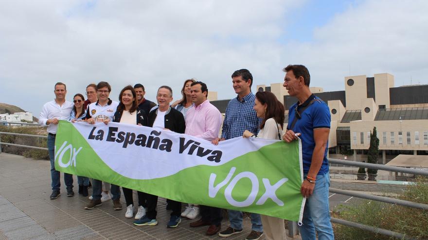 Concentración de candidatos y simpatizantes de Vox en el Hospital Negrín de Gran Canaria.