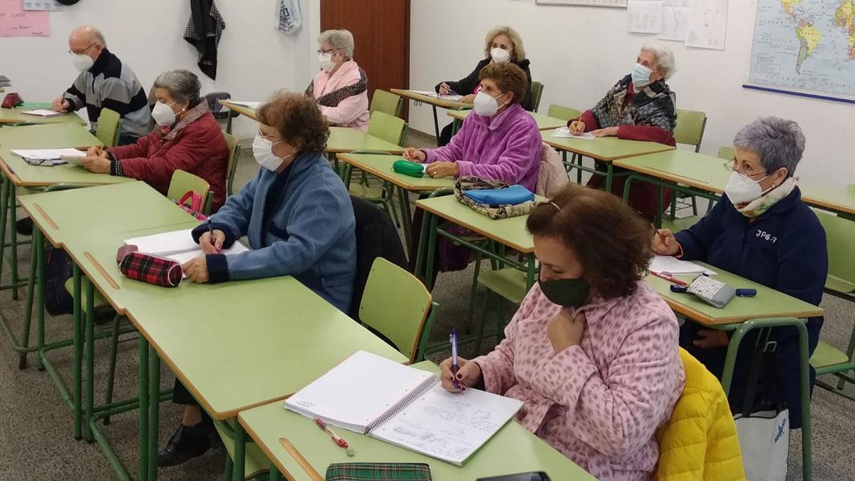 Alumnos del centro de educación de adultos de Parque Cruz Conde.