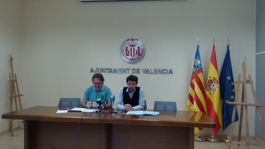 El concejal de Movilidad Sostenible, Giuseppe Grezzi, y el gerente de la EMT, Josep Alemany