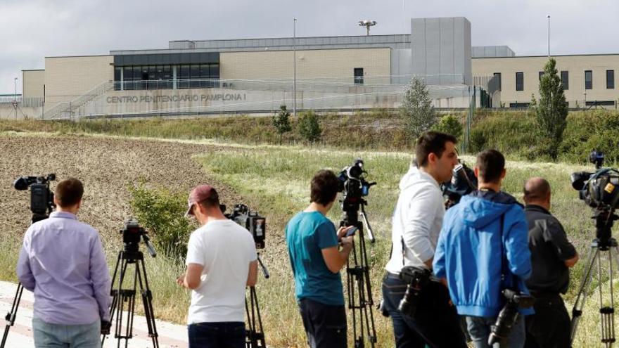 Prensa el día de la salida cárcel los cinco miembros de 'la manada' el pasado junio.