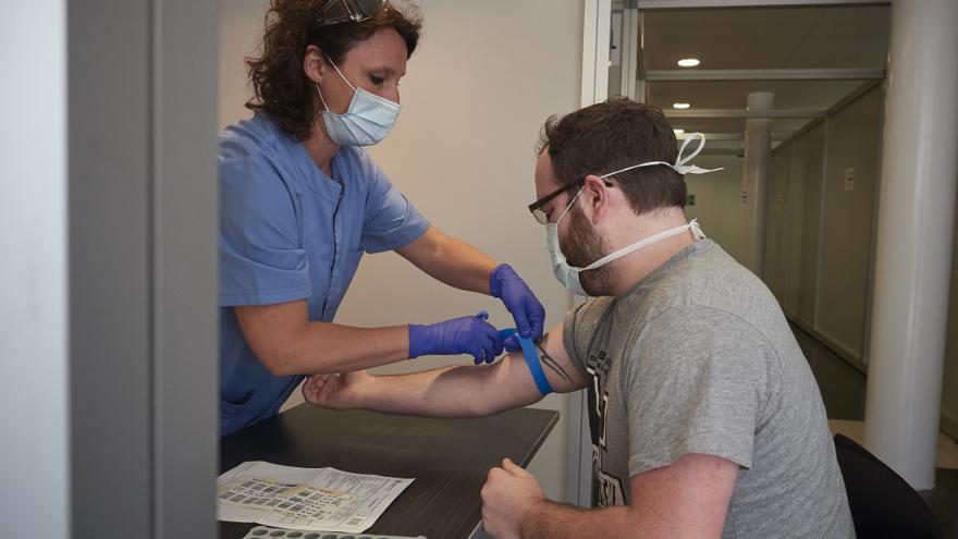 Una trabajadora sanitaria realiza una extracción de muestras en Pamplona.