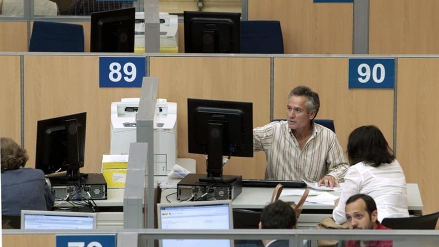 Los funcionarios del Estado cobran en mayo el 50 % pendiente de la extra de 2012