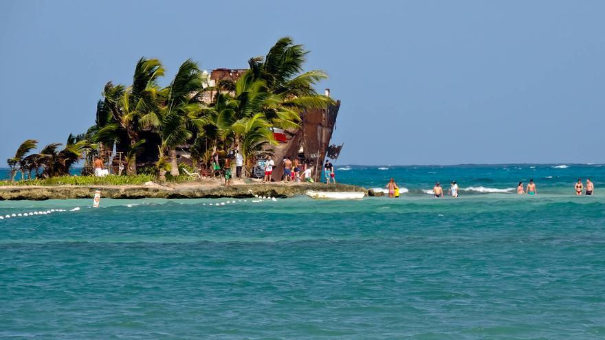 Rocky Cay desde la Playa de Cocoplum Bay.