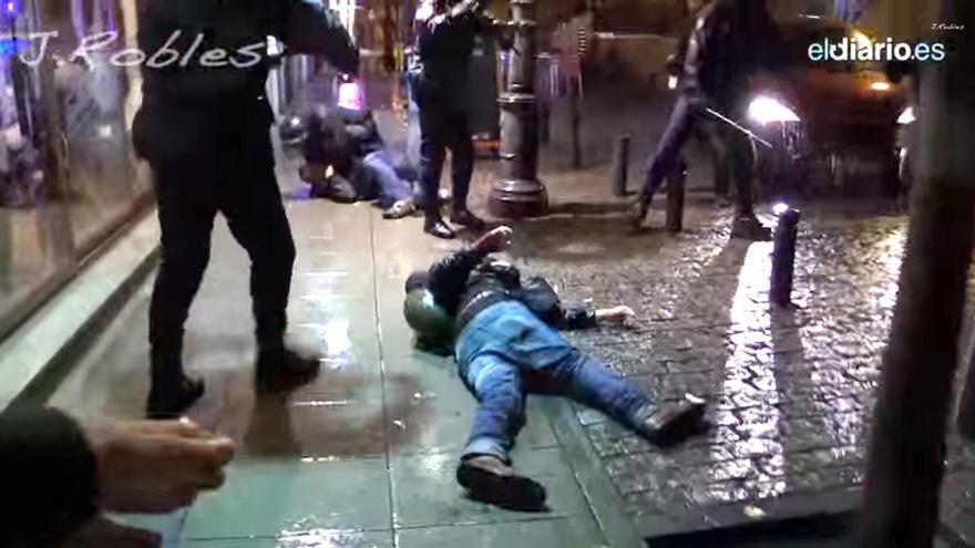 Captura de un vídeo grabado por Juan Ramón Robles que registra el trato agresivo de la Policía a sí mismo y a sus compañeros en la noche del 29M.