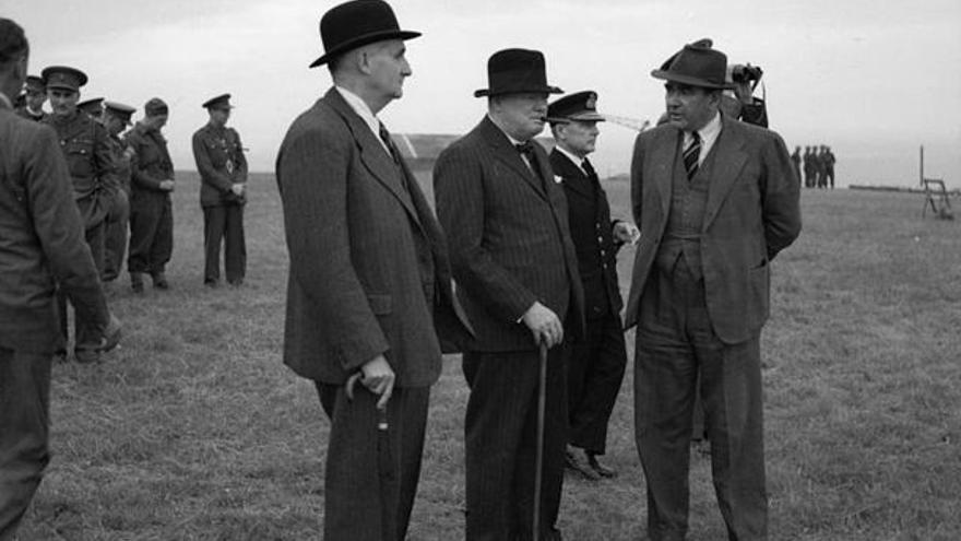 De izquierda a derecha: el profesor Frederick Lindemann acompaña a Winston Churchill y Alwyn Crow, Comisario de Desarrollo de Projectiles (1939-1945)