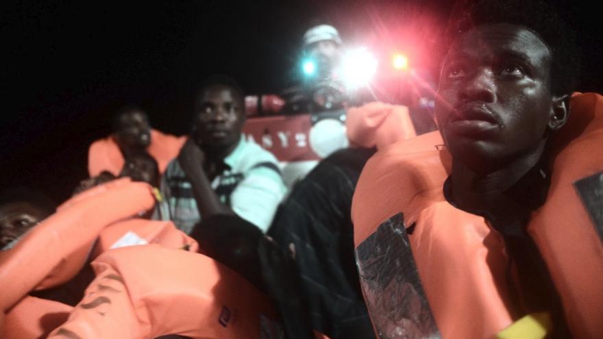 Un grupo de personas rescatadas por el Aquarius, operado por Sos Mediterranee y MSF.