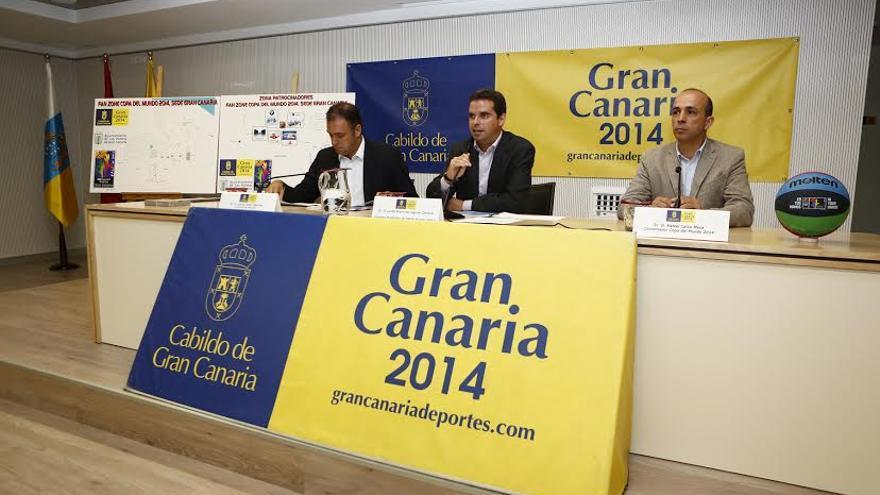 El consejero de Deportes del Cabildo de Gran Canaria, Lucas Bravo de Laguna, junto al concejal de Deportes del Ayuntamiento de Las Palmas de Gran Canaria, Carlos Ester (i) y el coordinador de la Copa del Mundo, Falo Calvo (d).