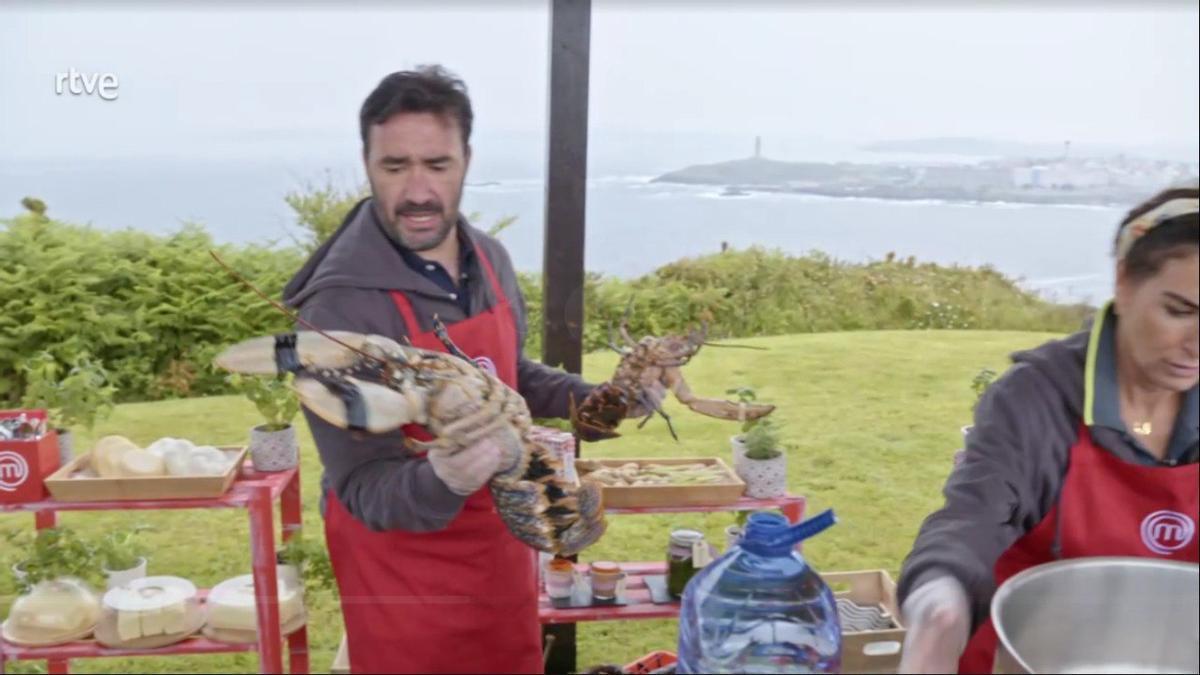 El concursante de MasterChef Celebrity, Juanma Castaño, sostiene un ejemplar de bogavante con huevas, cuya comercialización está prohibida en Galicia