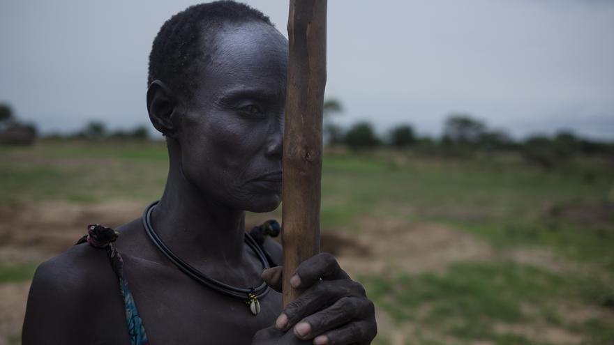 Nyantuc Kuong, 37, desplazada interna de etnia nuer procedente del estado de Unity, posa en el pueblo de Paduel donde vive desde Abril de 2015 tras haber huido de la violencia en su zona. Paduel, Sudán del Sur/ Gabriel Pecot - Oxfam Intermón