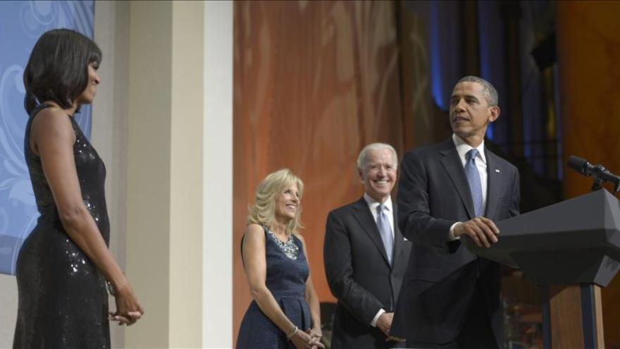 """Obama enamorado de su esposa, adora su """"flequillo"""""""