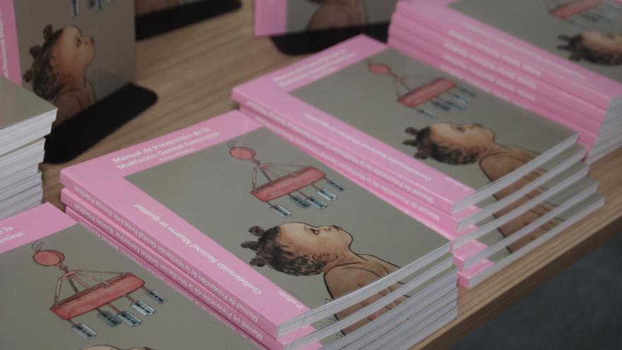 Ejemplares del 'Manual de Prevención de la Mutilación Genital Femenina: Buenas Prácticas'