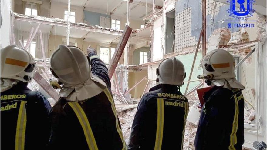 Fotografía publicada en la cuenta de twitter de Bomberos Madrid del desescombro y la búsqueda de los obreros desaparecidos tras el derrumbe de un edificio en la calle General Martínez Campos en Madrid.
