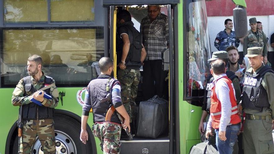 Tercer grupo de rebeldes y civiles sirios abandonan barrio sitiado de Homs