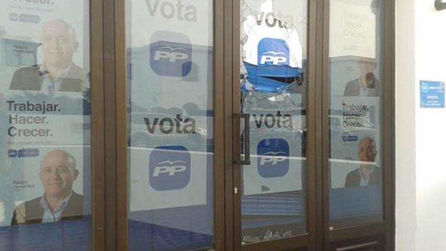 La sede del Partido Popular de Tías ha amanecido este jueves con los cristales rotos.