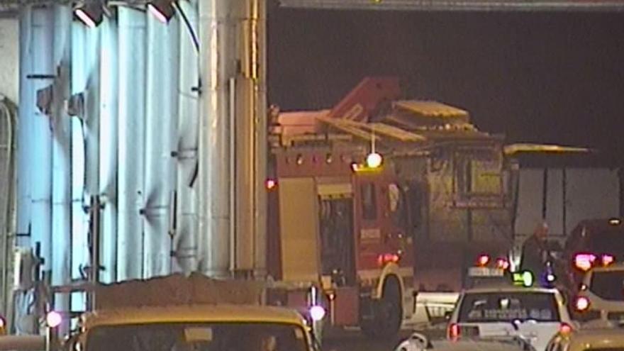Accidente entre un camión y un turismo en el interior del túnel de Julio Luengo