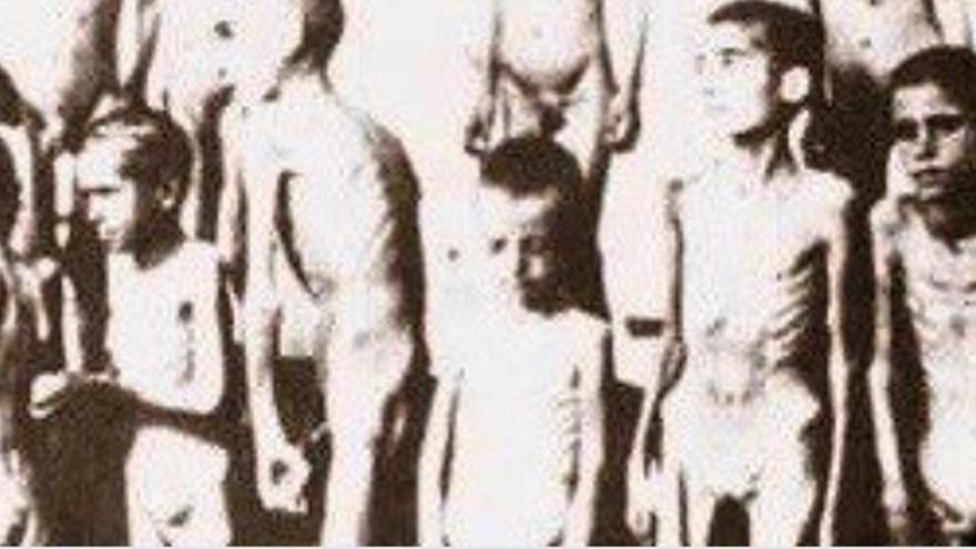Imagen con niños desnudos en un campo de concentración nazi compartida por el Centro Anna Frank.