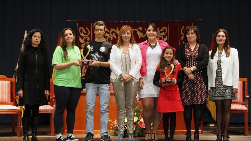 En la imagen, los galardonados con la alcaldesa (centro) y otras autoridades.