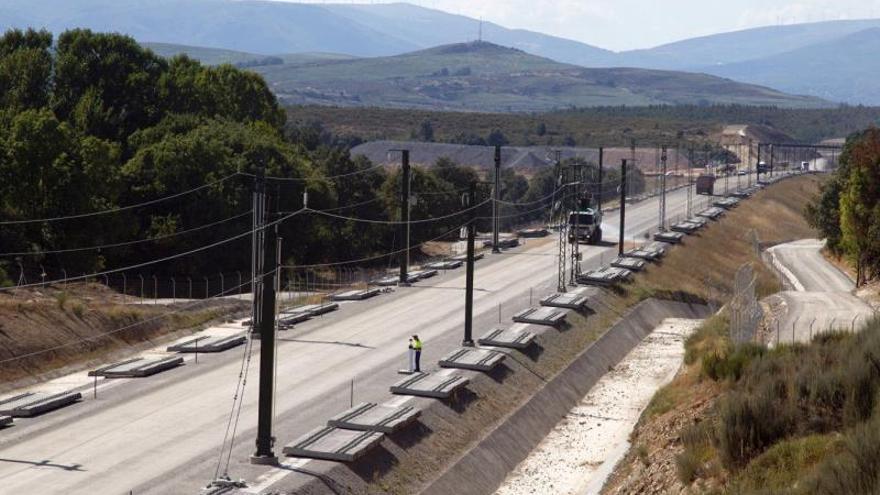 Adif pone tensión a catenaria en 110 kilómetros del trazado Madrid-Galicia