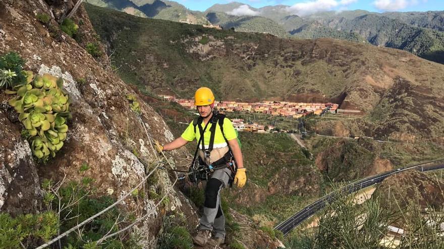 Los trabajos verticales de saneamiento y consolidación del Risco de La Concepción (en la imagen) se realizan a unos 120 metros de altura.