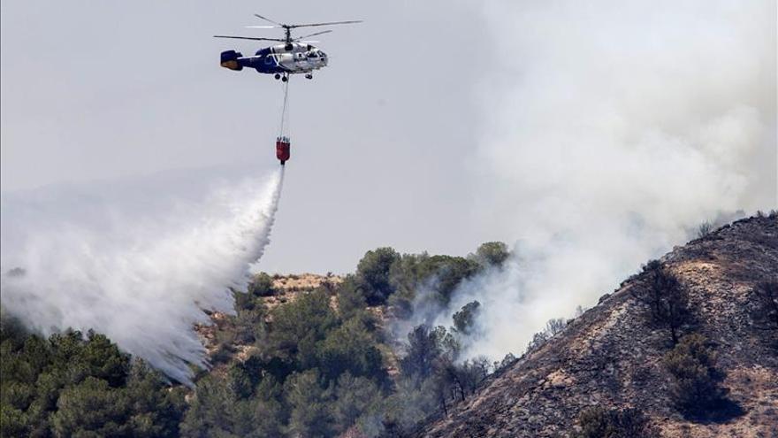 Un incendio en Garruchal (Murcia) moviliza 4 helicópteros y medios terrestres